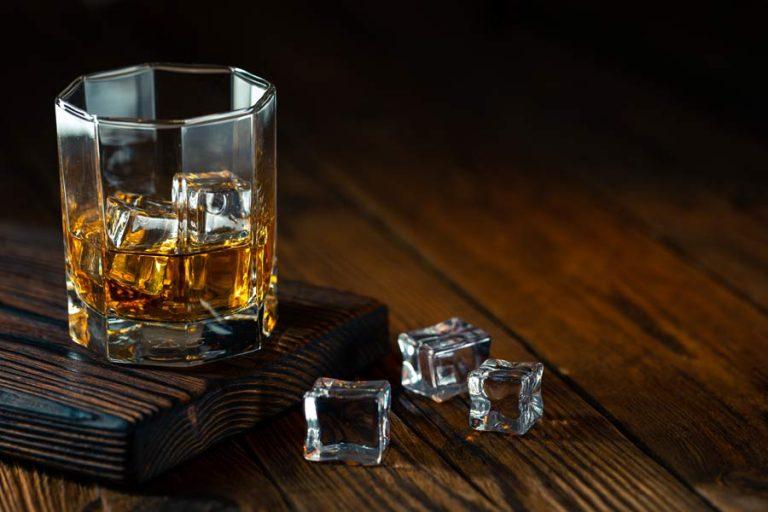Pitje viskija z ledom